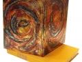 Bradel plein aluminium froissé, teinté et verni , décor en relief. Boite à chasses