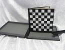 Reliure à plats rapportés en box blanc et noir, petits carrés aimantés bicolores permettant de constituer son échiquier, boîte de protection